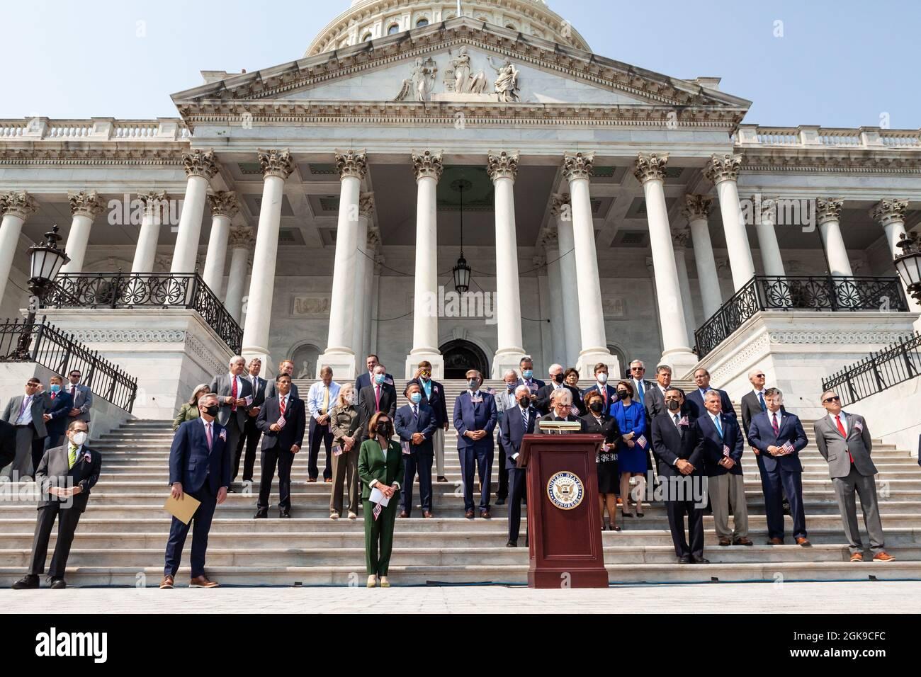 Washington DC, USA. September 2021. Der Mehrheitsführer des Senats, Chuck Schumer, Demokrat von New York, spricht während einer Zeremonie über die Kapitolsstufen zum Gedenken an die Opfer der Anschläge vom 11. September. Kredit: Allison Bailey/Alamy Live Nachrichten Stockfoto