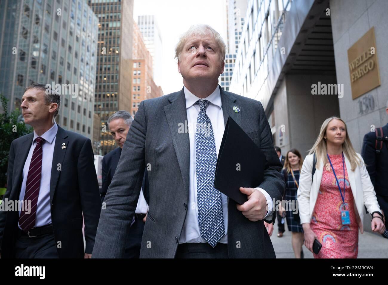 Premierminister Boris Johnson geht zu einem Fernsehinterview in New York, während er während seines Besuchs in den Vereinigten Staaten an der Generalversammlung der Vereinten Nationen teilnimmt. Bilddatum: Montag, 20. September 2021. Stockfoto