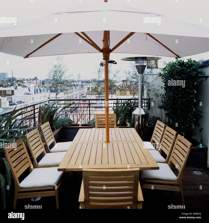 Gartentisch Und Stuhle Mit Sonnenschirm Auf Der Dachterrasse Der