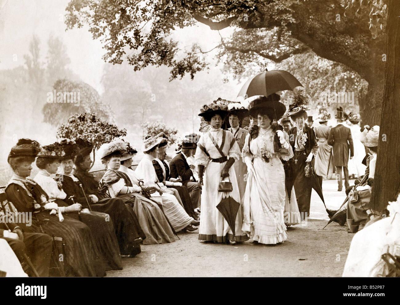 Damen Von Edwardian Gesellschaft Machen Sie Einen Spaziergang Im