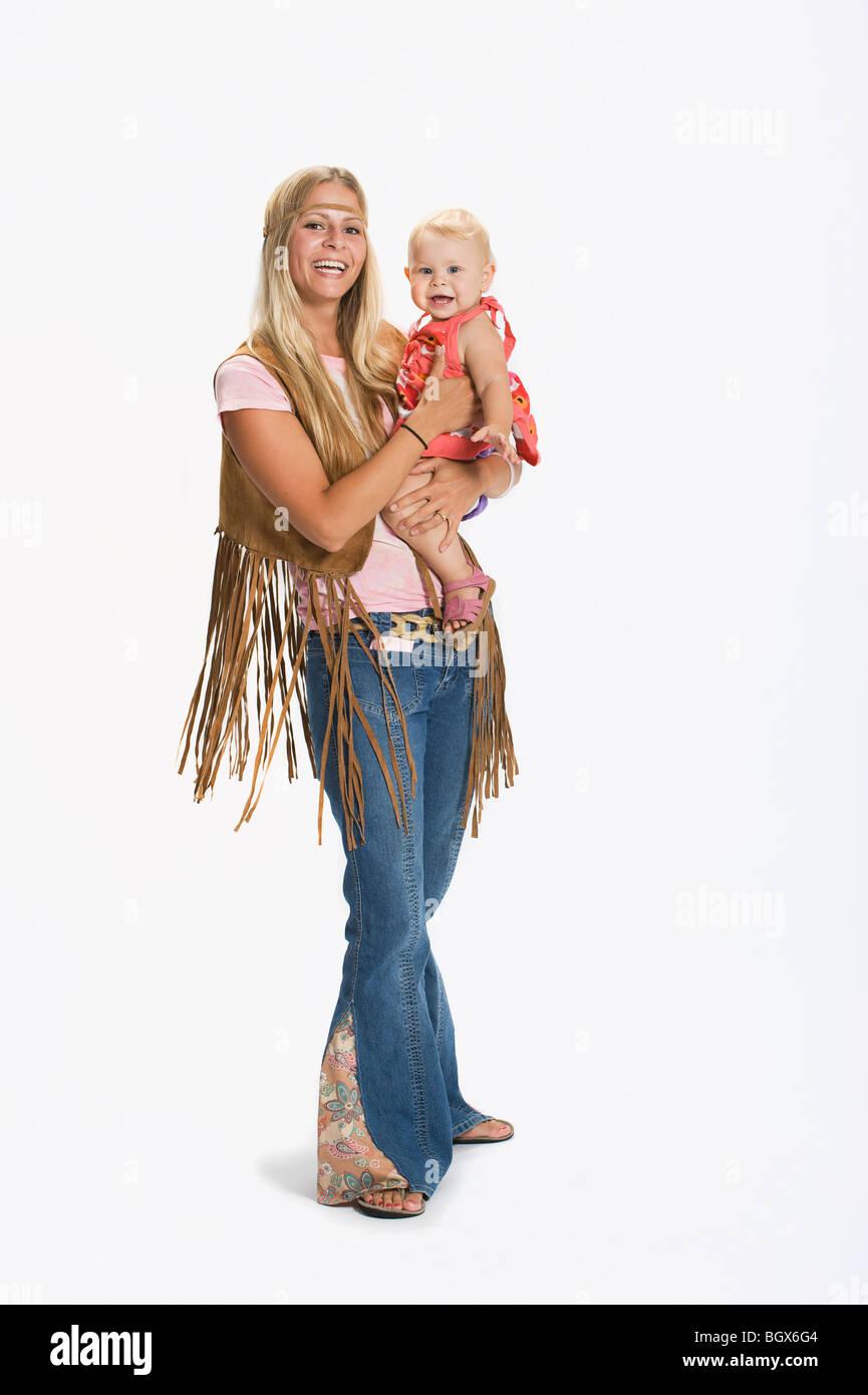 Frau Und Baby In 70er Jahre Kleidung Gekleidet Stockfoto Bild