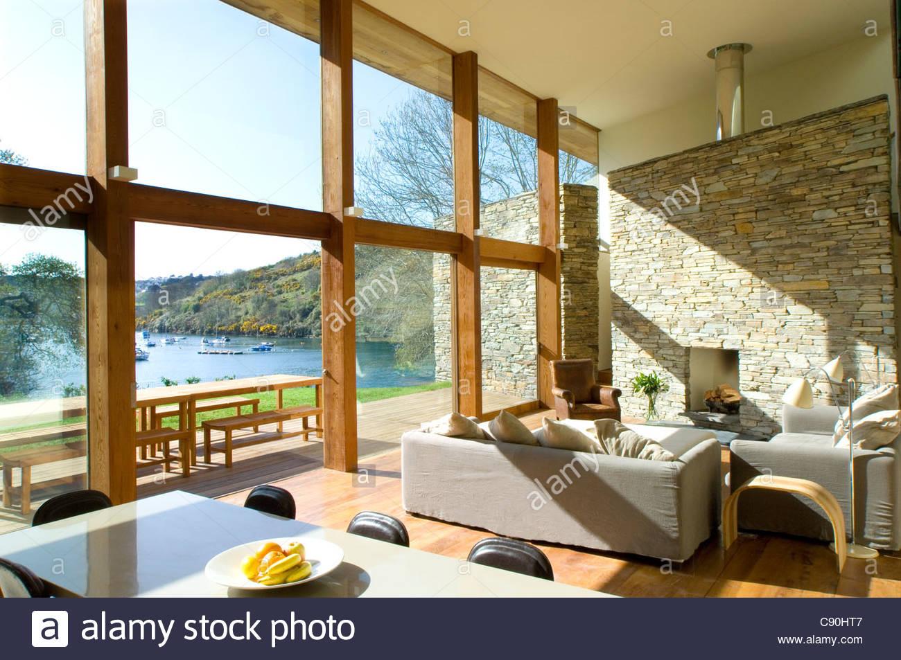 Große Fenster im modernen Wohnzimmer Stockfoto, Bild: 39966647 - Alamy