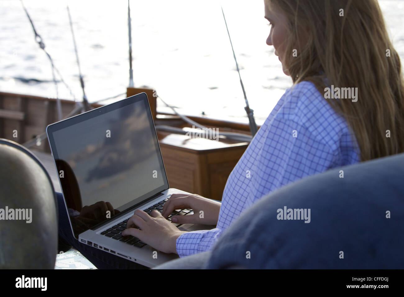 Eine Teenie Girl Verwendet Einen Laptop Computer An Bord Einer