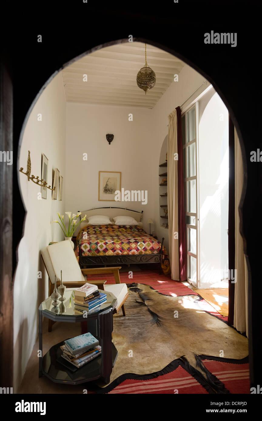 Marokkanischen Stil Schlafzimmer Mit Tierfell Teppich Stockfoto