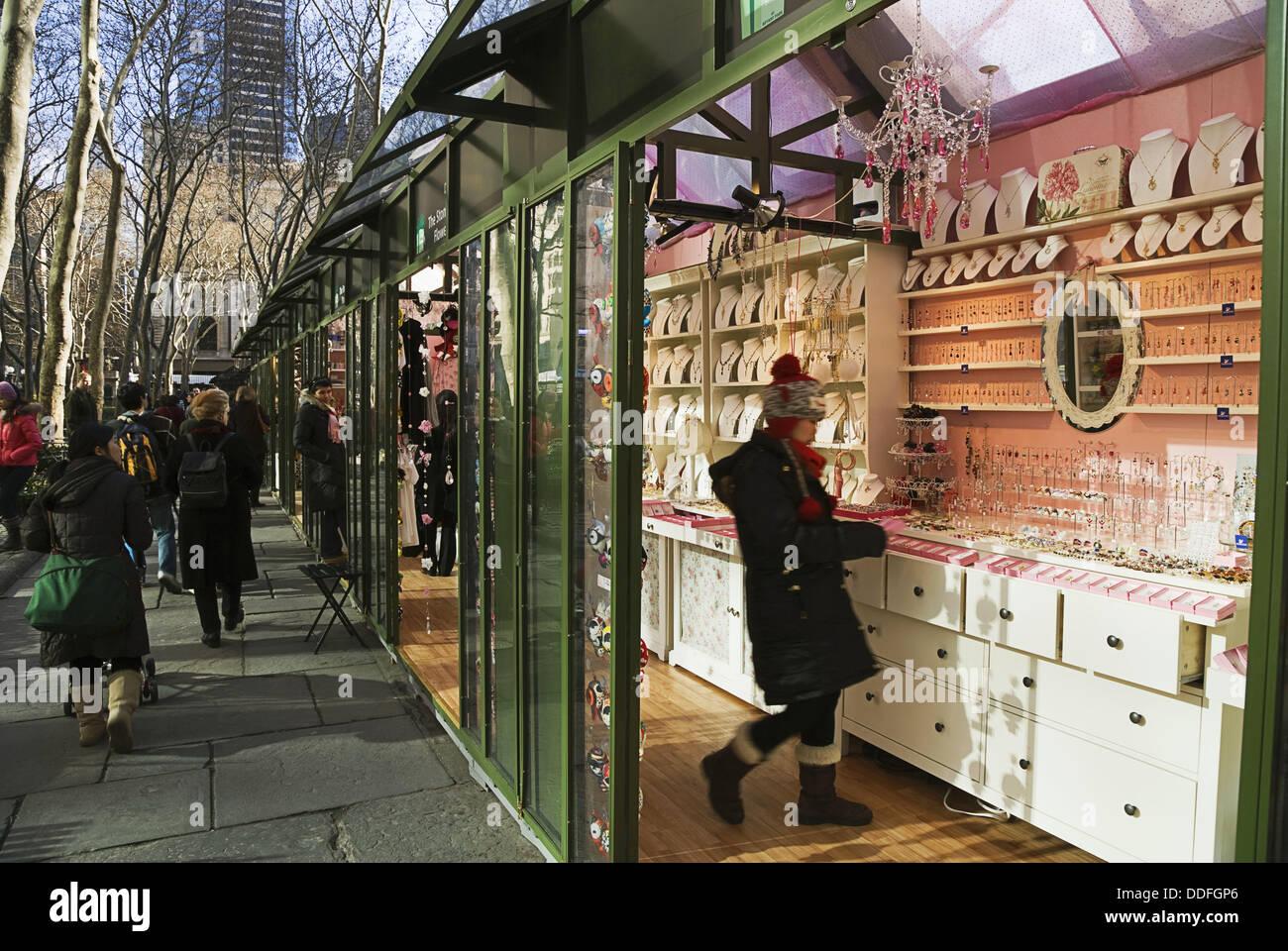 Weihnachtseinkäufe im Bryant Park-Automaten am Weihnachtsmarkt ...