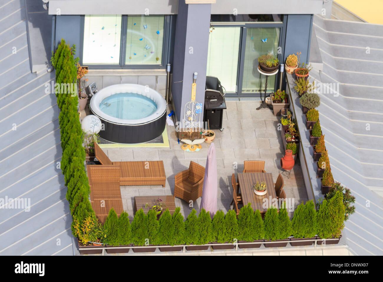 Terrasse Auf Dem Dach Mit Grunen Garten Und Whirlpool Stockfoto