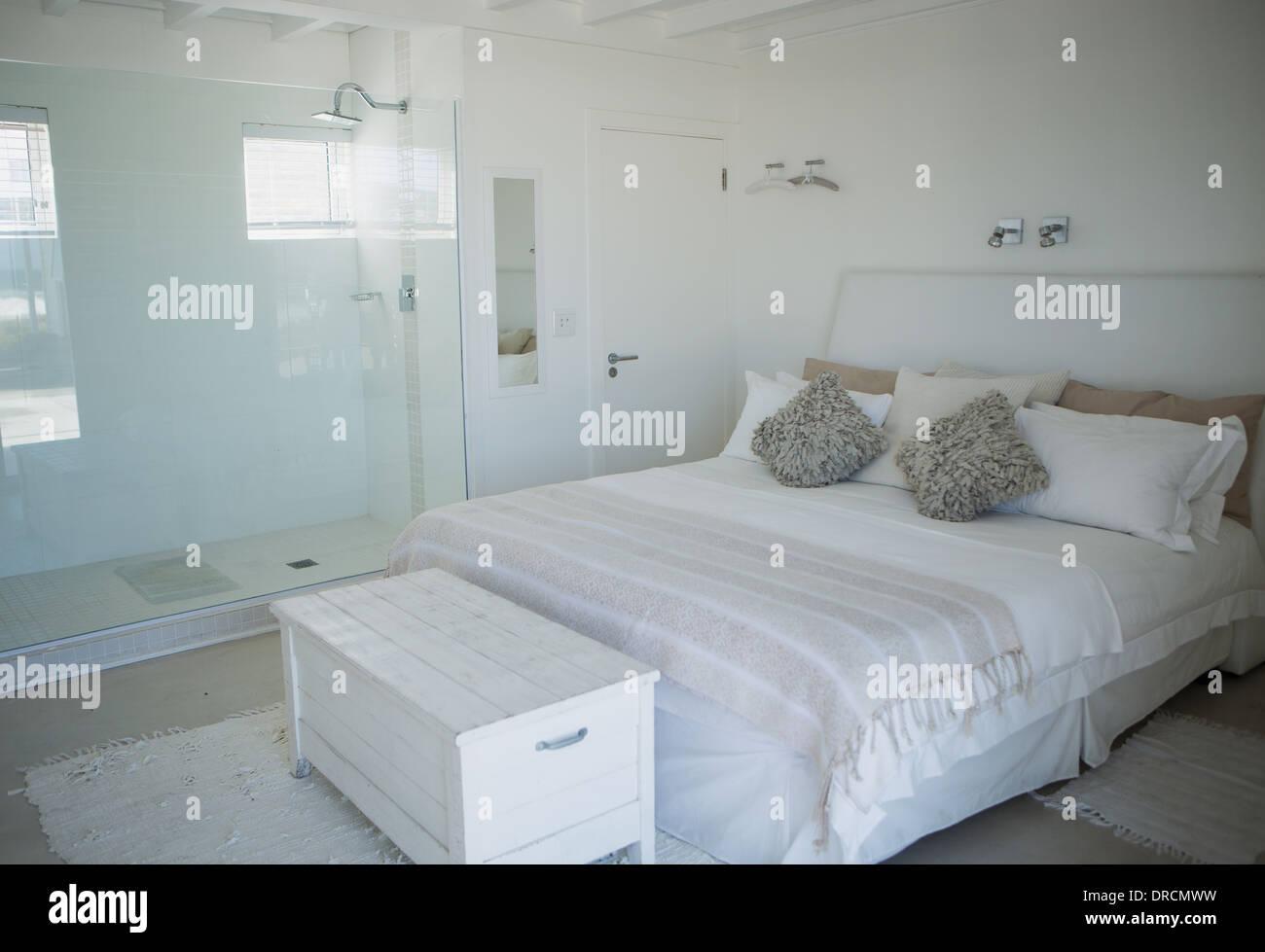 Bett, Dusche und Stamm in modernen Schlafzimmer Stockfoto, Bild ...