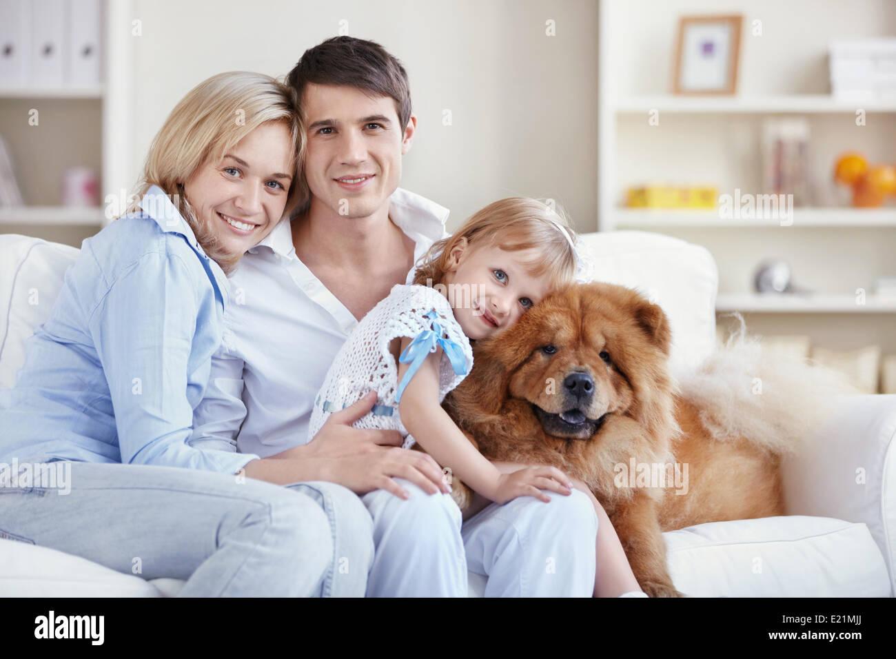 Familie Und Chow Chow Hund In Der Wohnung Stockfoto Bild 70108938