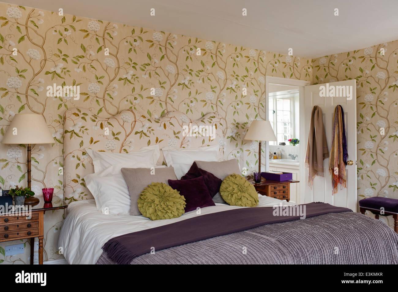 Wand Tapezieren Schlafzimmer Mit Doppelbett Stockfoto Bild