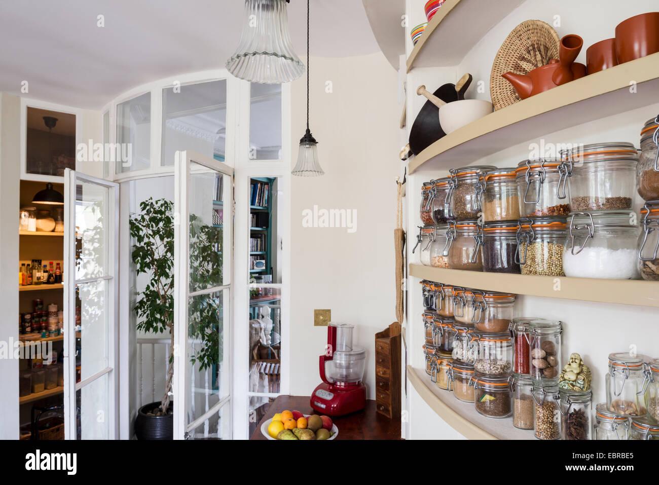 Vorratsdosen und Regale in der Küche von Nord-London nach Hause ...