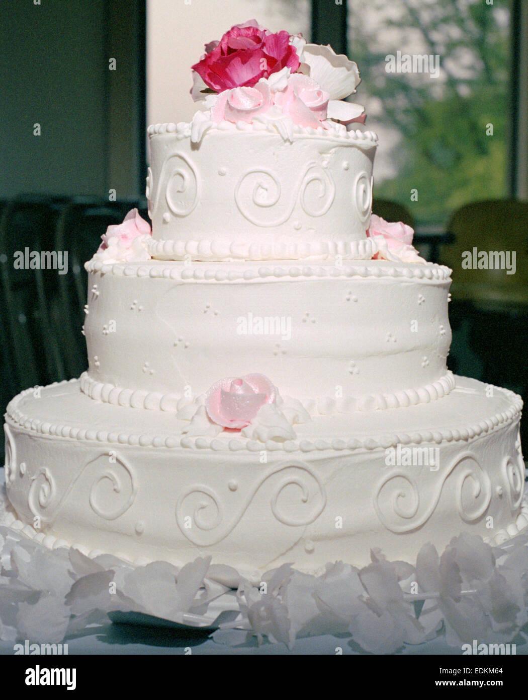 Eine 3 Tier Weisse Hochzeitstorte Mit Rosa Rosen Stockfoto Bild