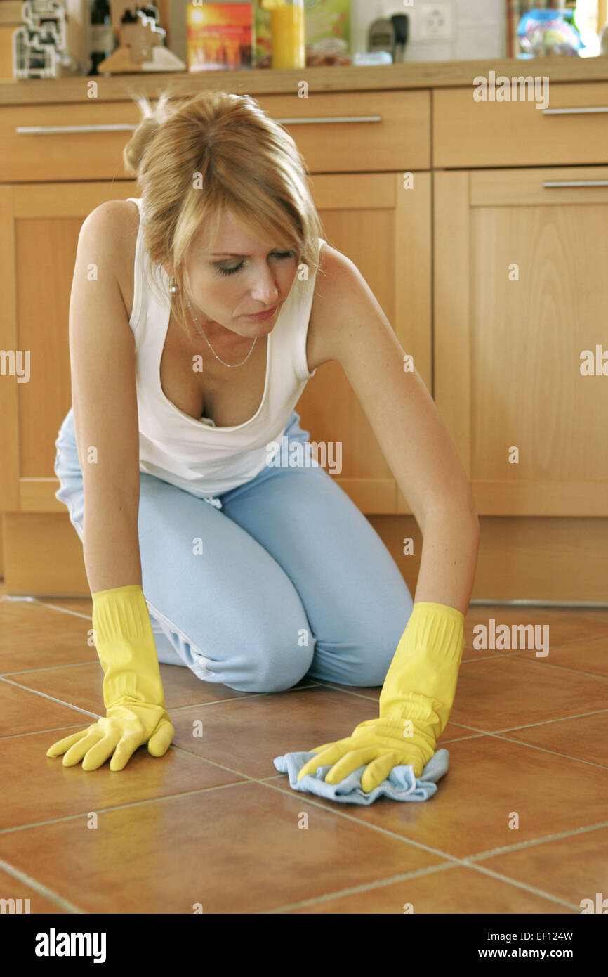 Hausfrau Putzen Boden Wischen Schruppen Knieend Knieen Erschoepft