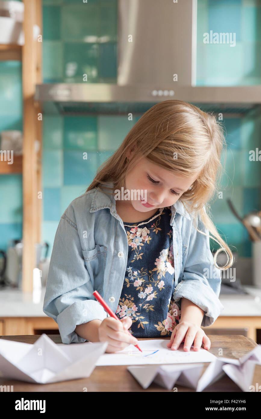 Kleines Madchen Zeichnen In Kuche Portrat Stockfoto Bild 88576018