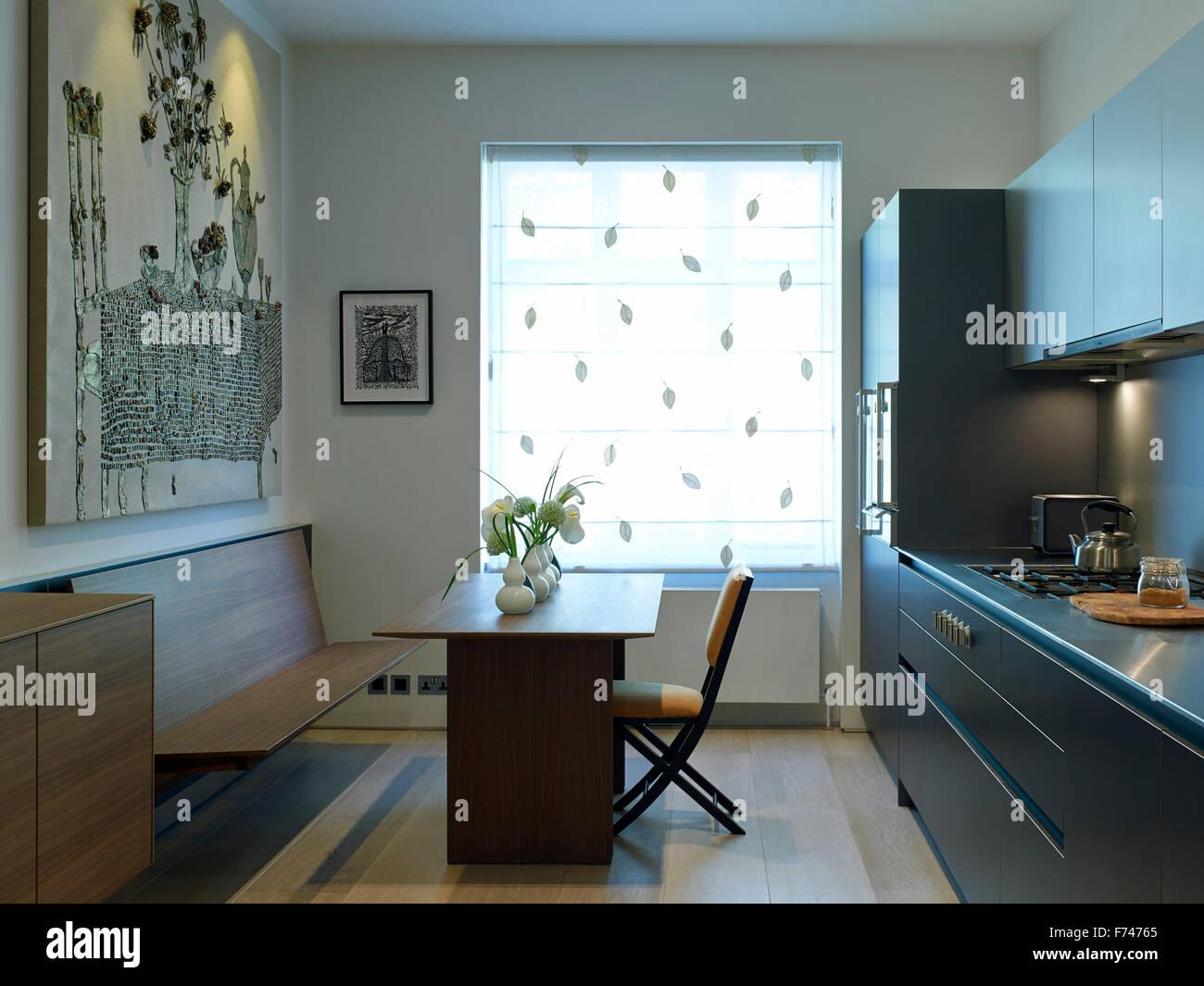 sitzbank und tisch am fenster in der küche der ferienwohnung chelsea