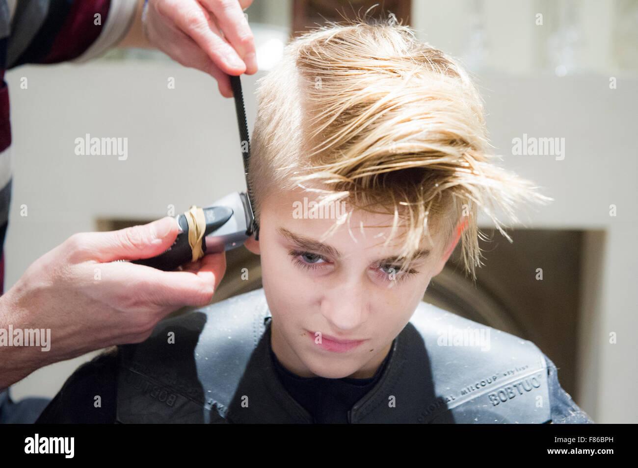 Ein Blonder Junge Hat Seine Haare Schneiden Stockfoto Bild