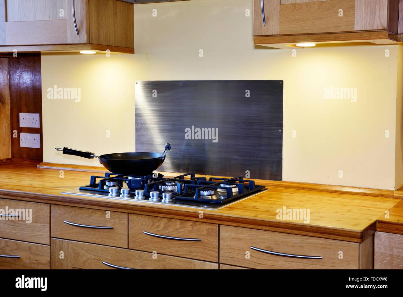 Moderne Kuche Mit Gas Kochfeld Einheit Und Bambus Arbeitsplatte In