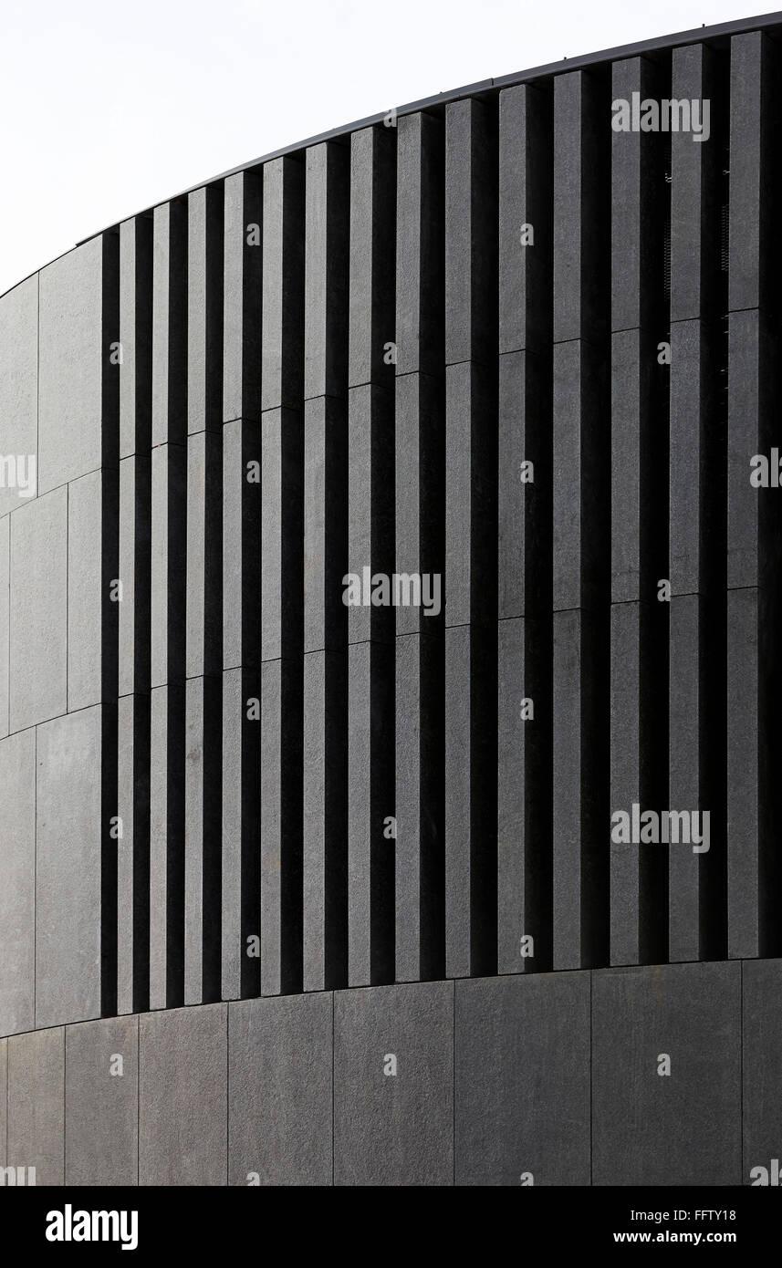 geschwungene, stein verkleidung der außenfassade in grau. kings