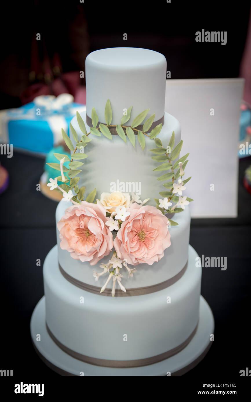 Dekorative Hochzeitstorte Mit Essbaren Blumen Bei Kuchen