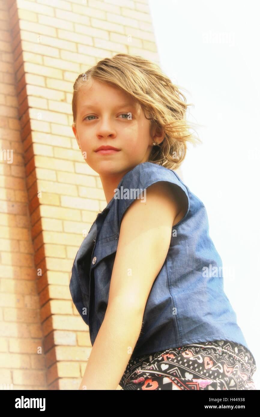 Blonde Haare Und Blaue Augen Tween Weiblich In Der Sonne Stockfoto