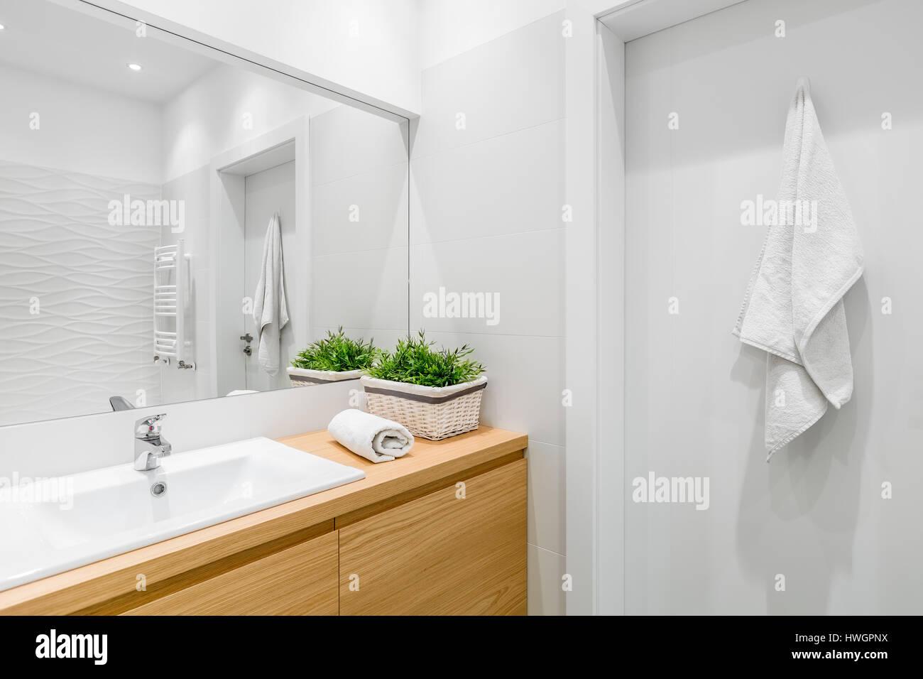 Helles Badezimmer Mit Strukturellen Fliesen Und Holz