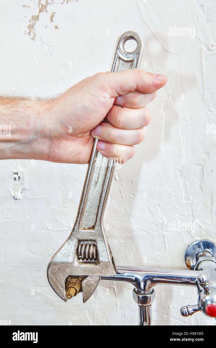 Zwei Griff Kuche Wasserhahn Reparieren Closeup Klempner Hande