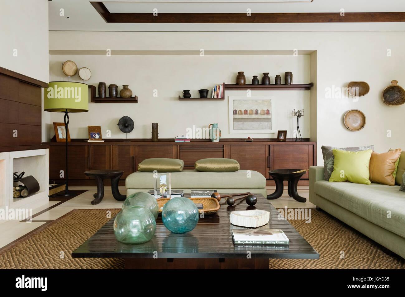 Grunes Sofa Im Wohnzimmer Stockfoto Bild 148120425 Alamy