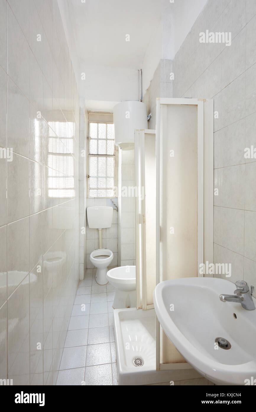 Altes Badezimmer Einrichtung mit gefliestem Fußboden und Wände ...