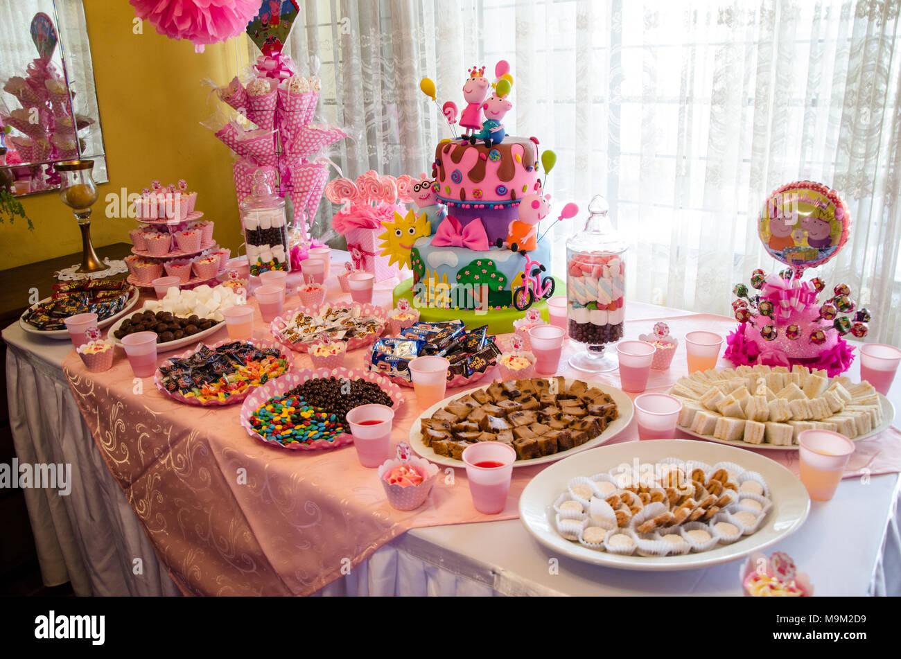 Children S Party Dekoration Kuchen Und Sussigkeiten Stockfoto Bild