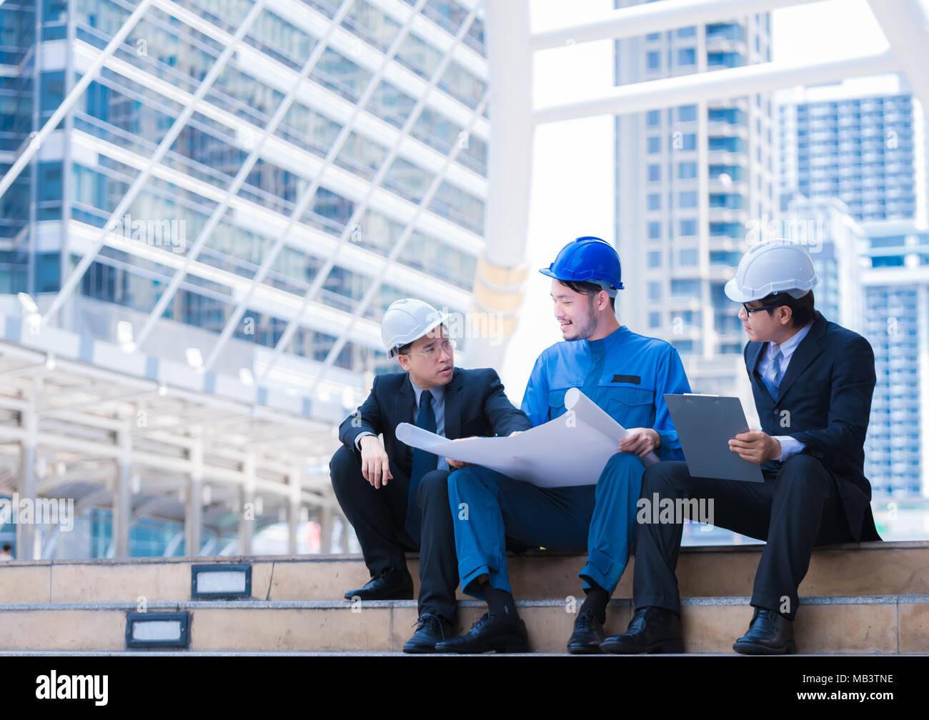 Business Engineer Hobeln Mit Weissem Helm Und Holding Zeichnen Papier