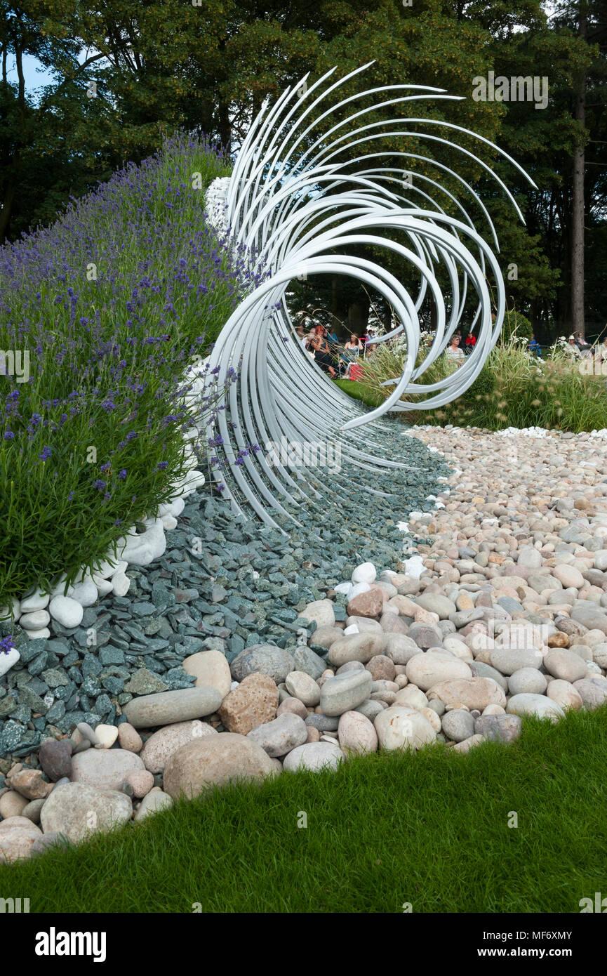 Dramatische Metall Skulptur Weißen Kies Steine Darstellen Wellen
