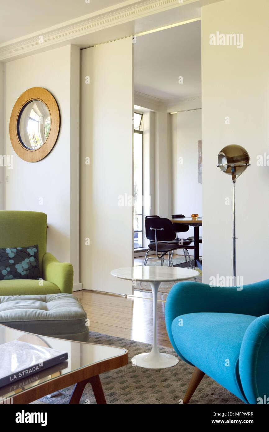Bunte Stuhle In Der Modernen Wohnzimmer Mit Schiebeturen Und Gibt