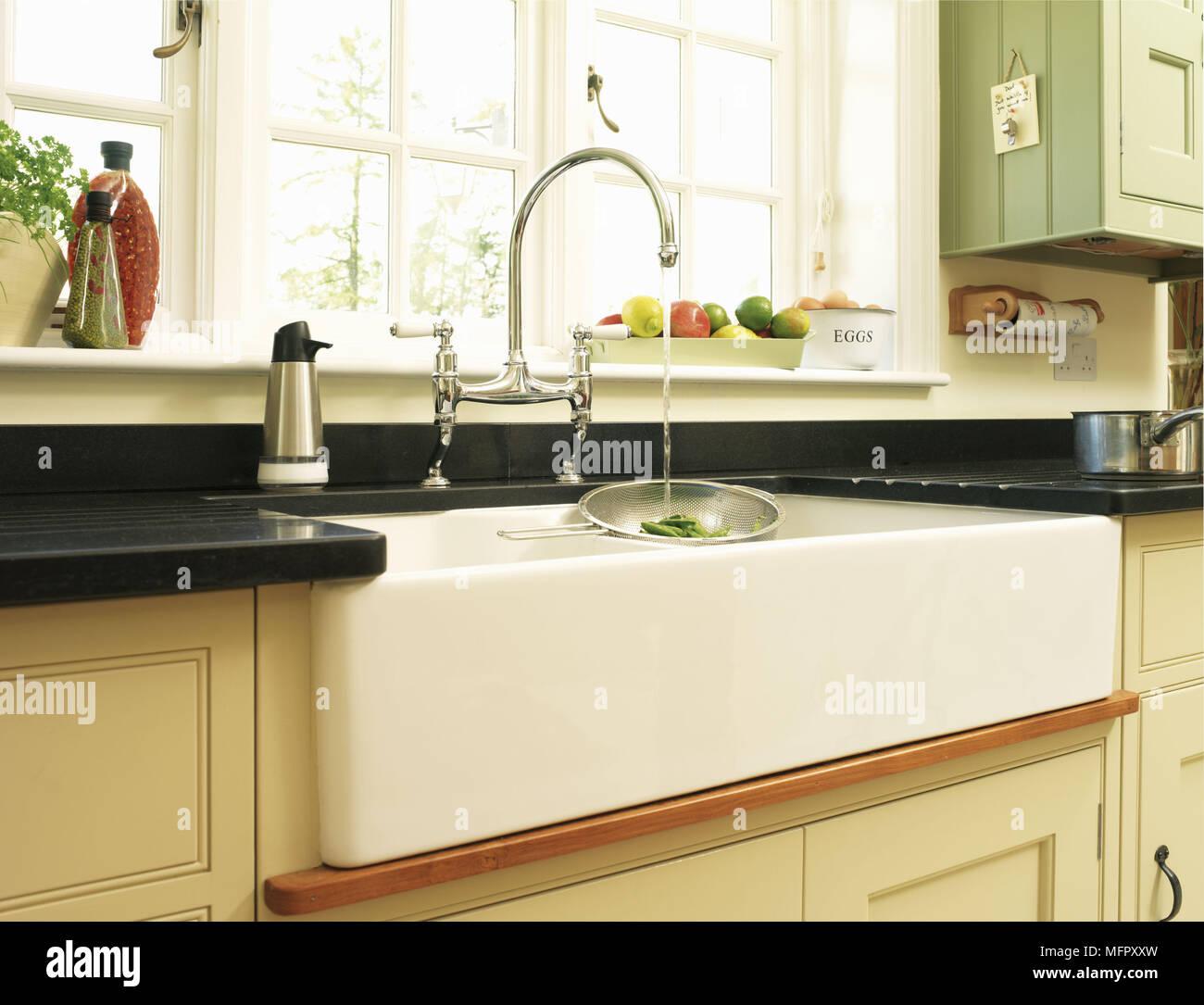 Wasser läuft aus Wasserhahn in der Küche Spüle unter Fenster Montage ...
