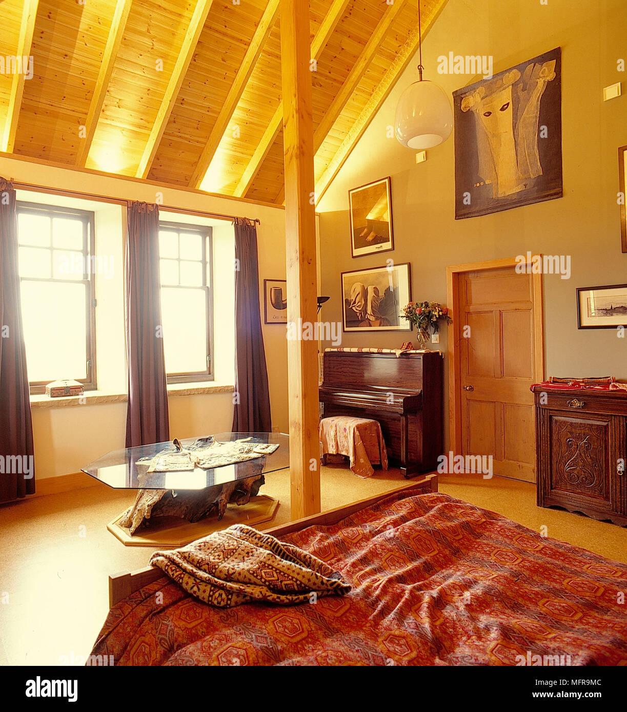 Land Schlafzimmer Neutrale Wande Schrage Decke Aus Holz Leuchten