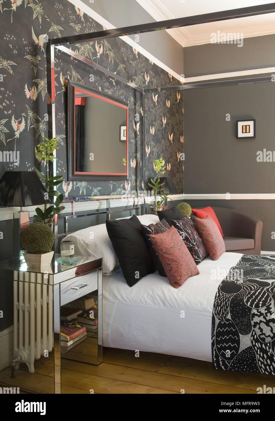 Auf Gespiegelten Nachttisch Neben Metall Himmelbett Bett In Rot Und