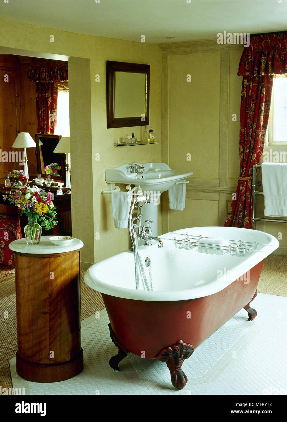 Traditionelle gelb Badezimmer freistehende Badewanne kralle Füße ...