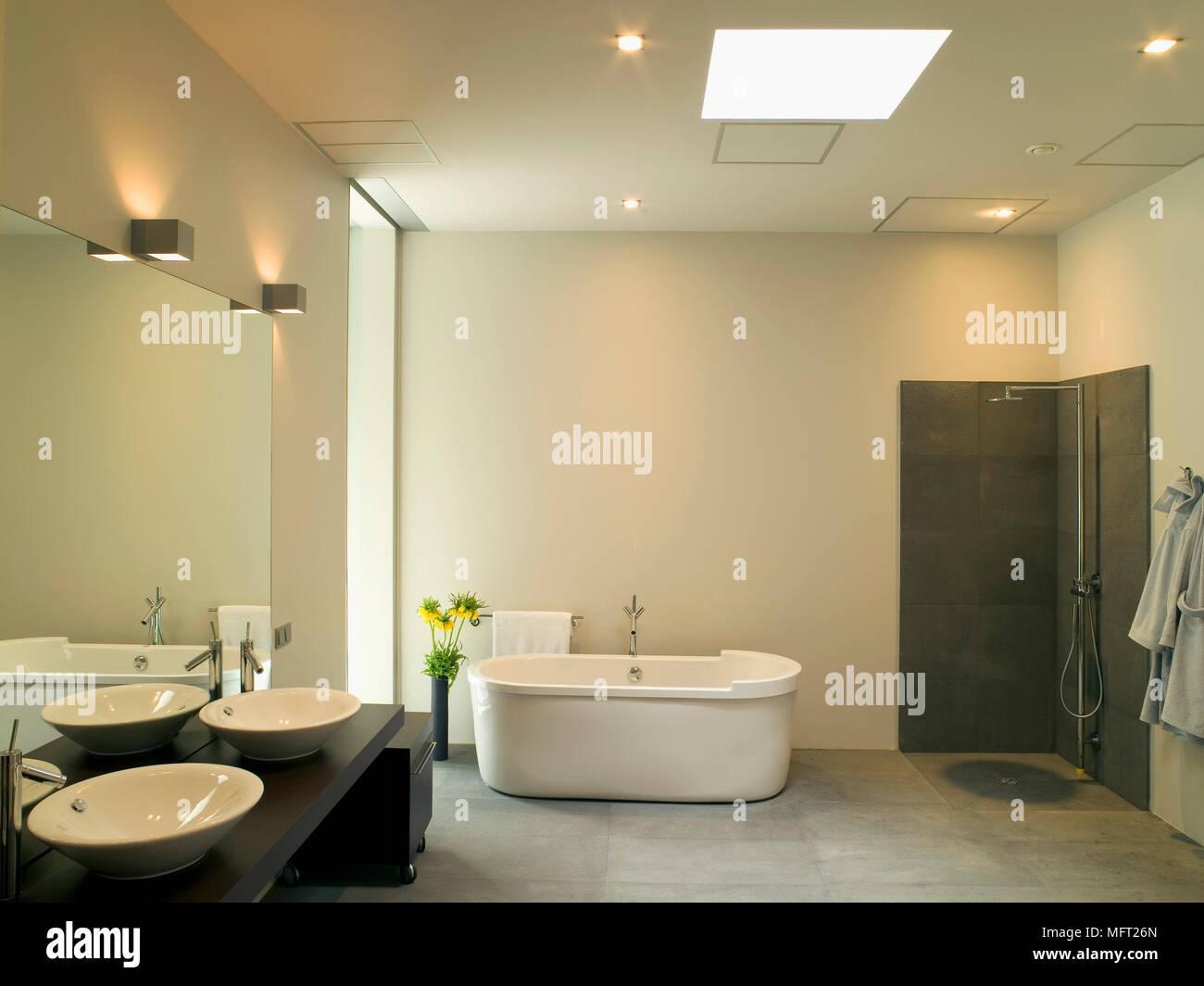 Bad Mit Freistehende Badewanne Malerei | Freistehende Badewanne Im Modernen Badezimmer Stockfoto Bild