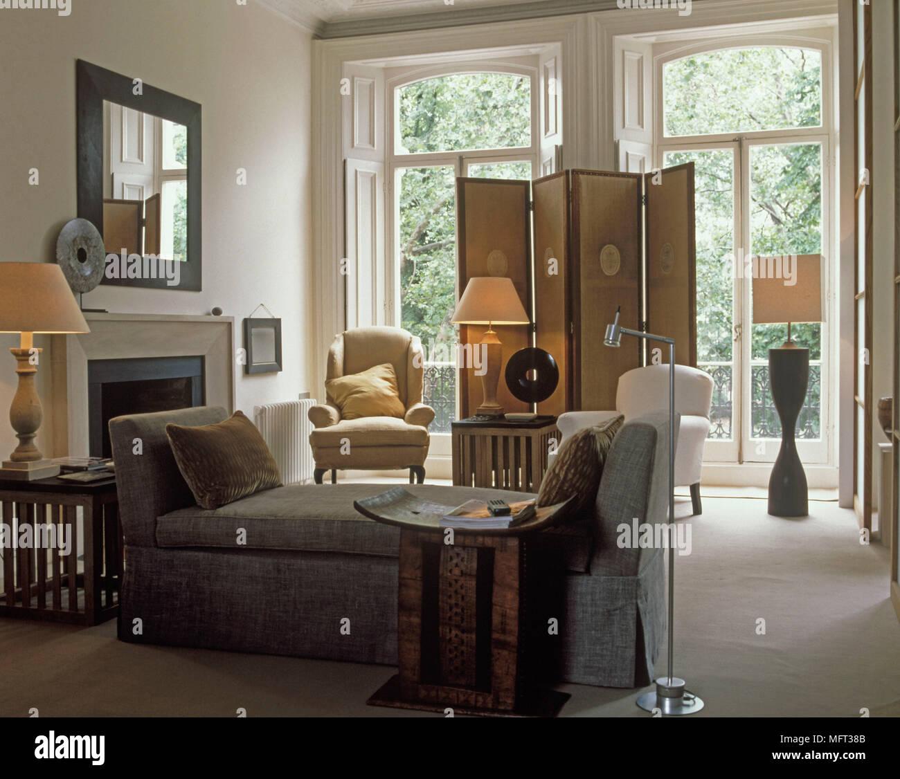 Moderne Wohnzimmer Cremefarbenen Wanden Windows Bildschirm Kamin