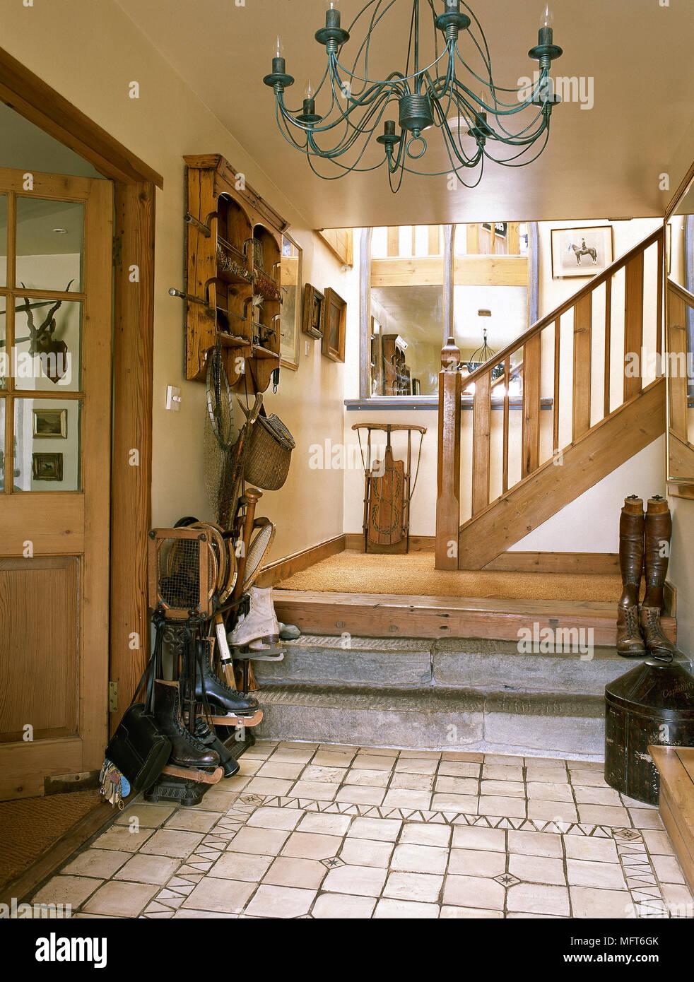 Land Eingangsbereich Mit Mosaik Fliesen Holztreppe Kronleuchter