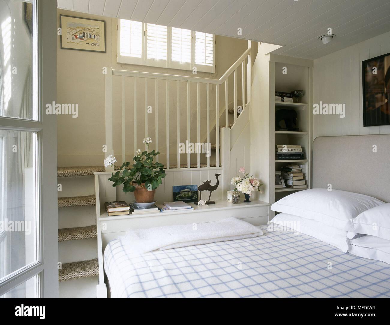 Moderne neutral Schlafzimmer Bett geprüft Bettwäsche Treppen in ...