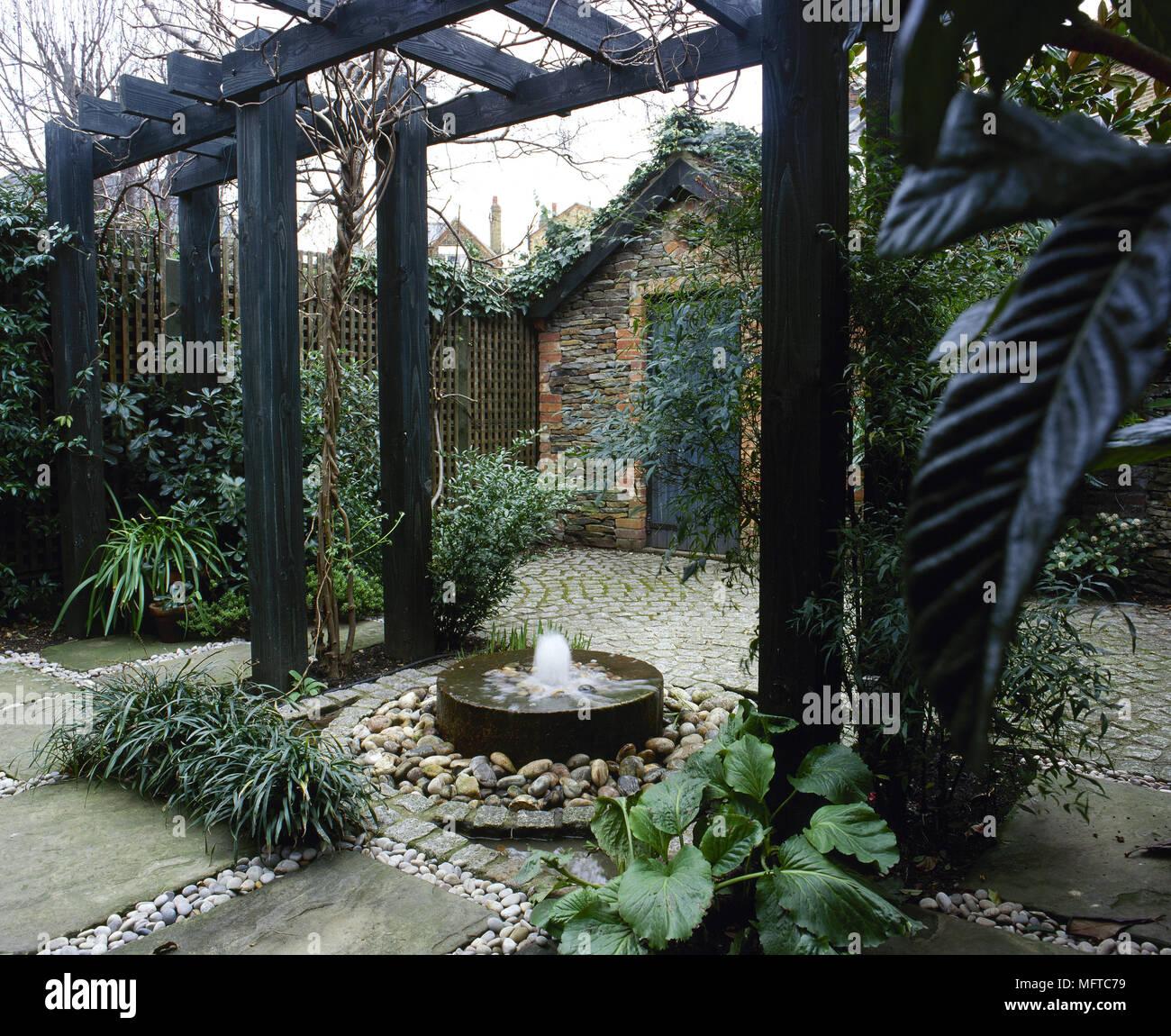 Wasserspiel Terrasse zurück garten mit terrasse, pergola, wasserspiel, und kleines haus