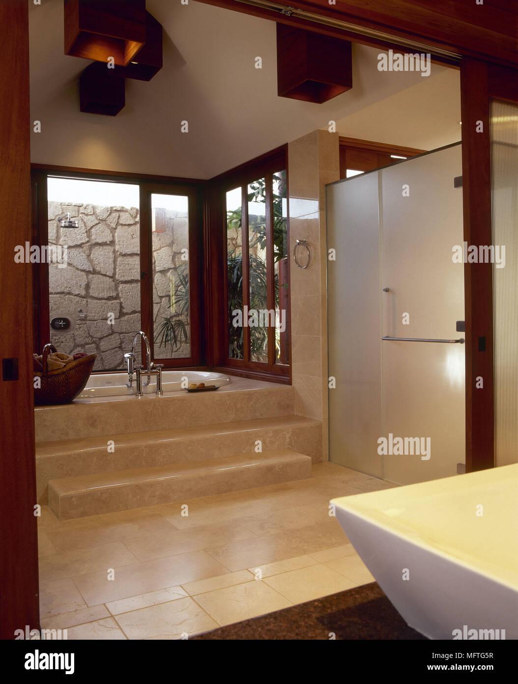 Modernes Badezimmer Schritte In Den Boden Eingelassene Badewanne