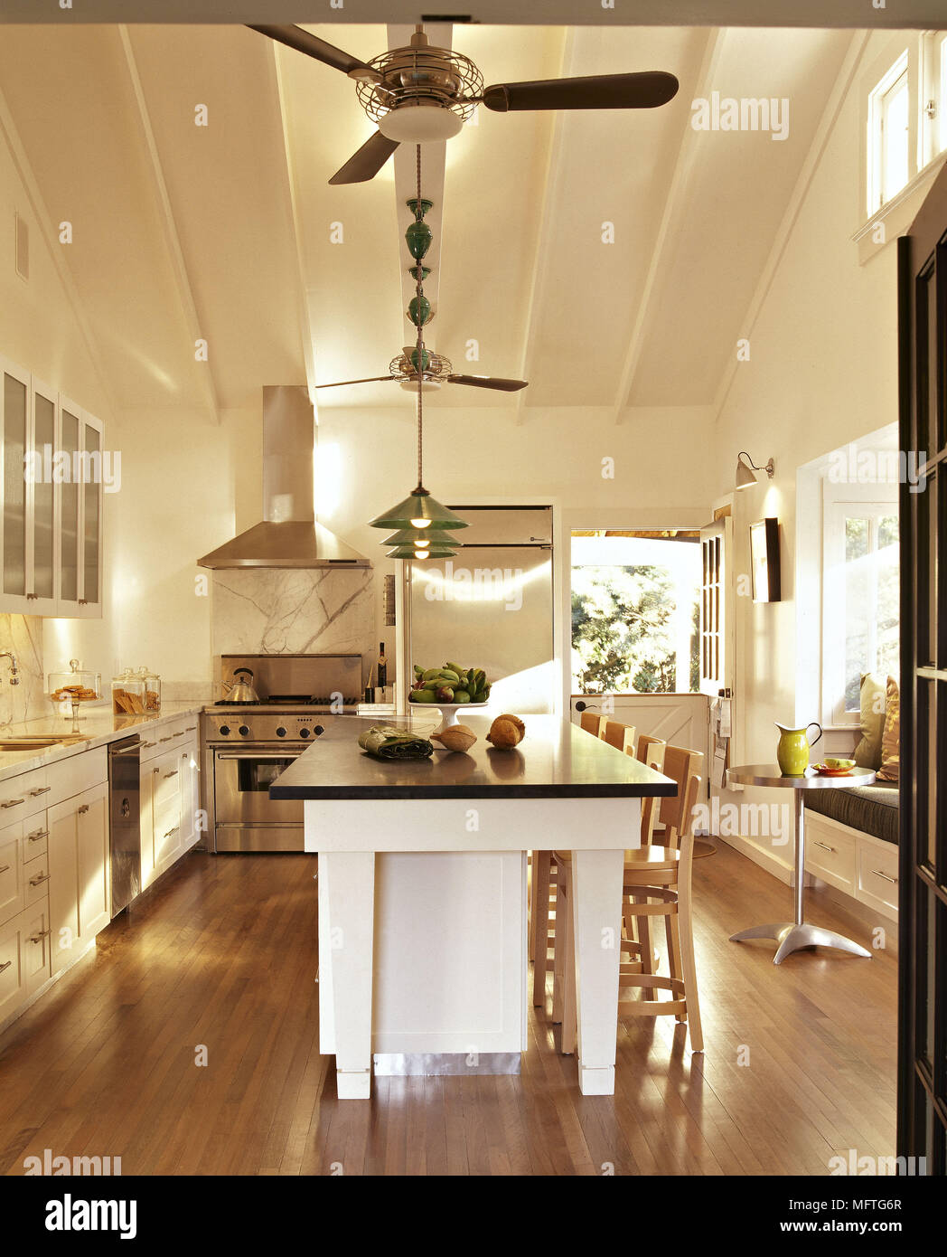 Modernes Land Küche creme Einheiten aus schwarzem Granit ...