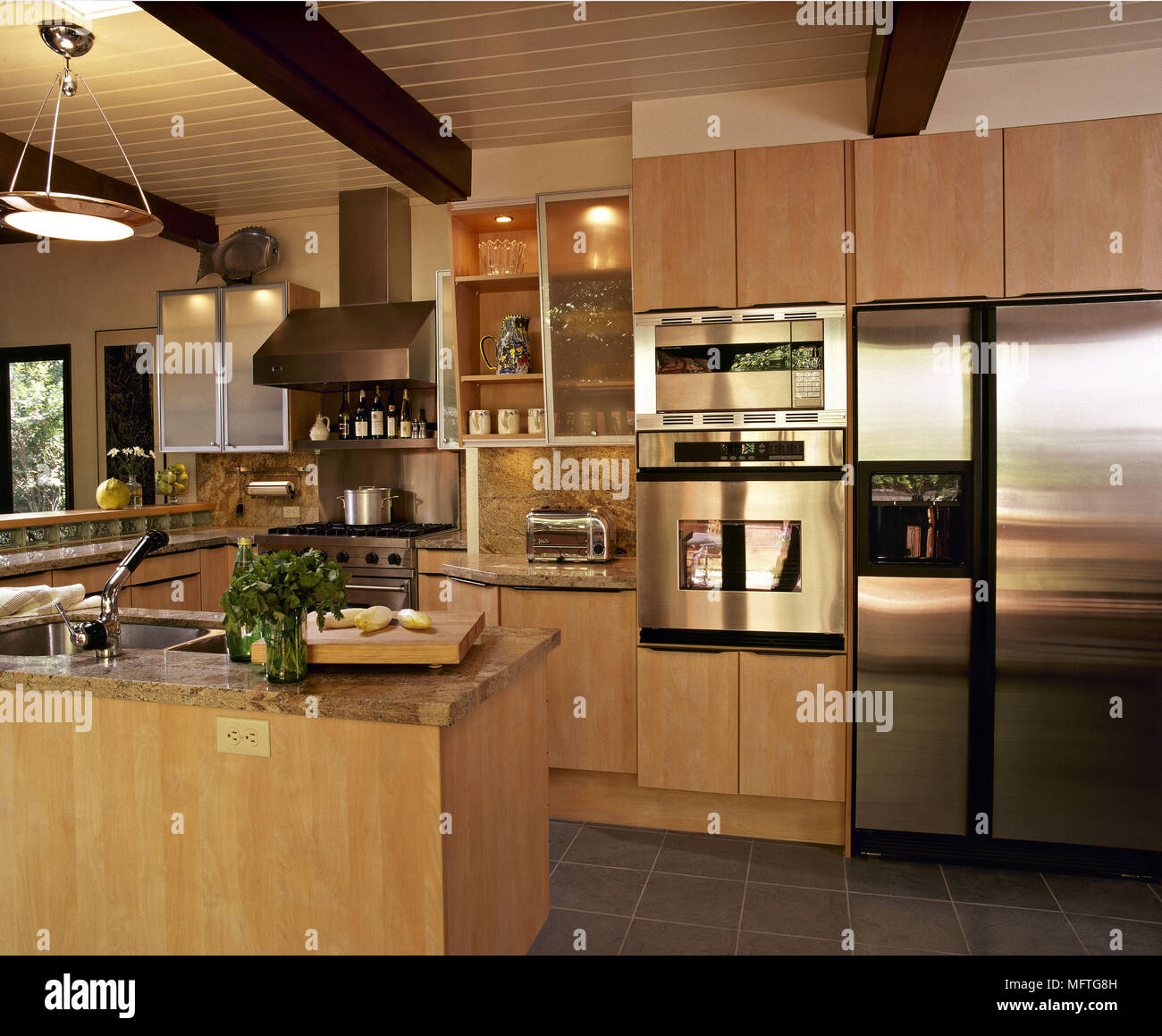 Moderne Küche Holz decke Holz Einheiten Granit Arbeitsplatten ...