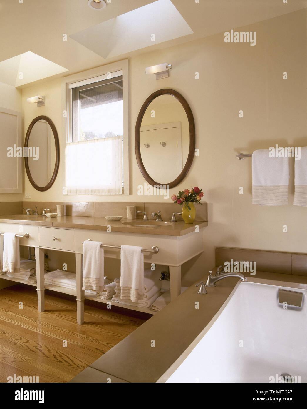 Moderne neutrale Badezimmer Doppelwaschbecken auf Schrank Badewanne ...