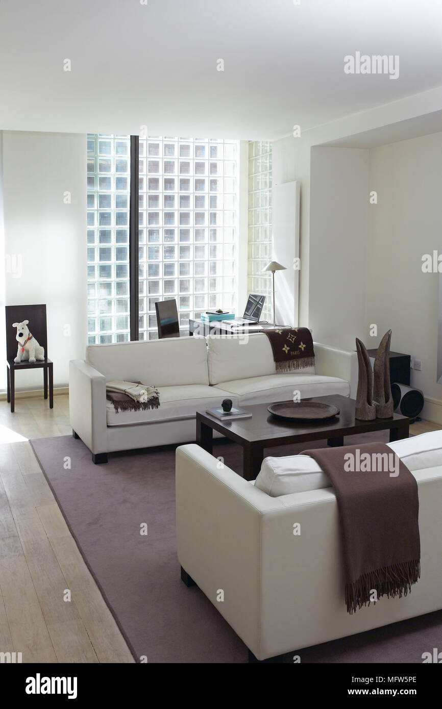 Ein Modernes Wohnzimmer Mit Zwei Weißen Sofas Der Aus Einem Dunklen