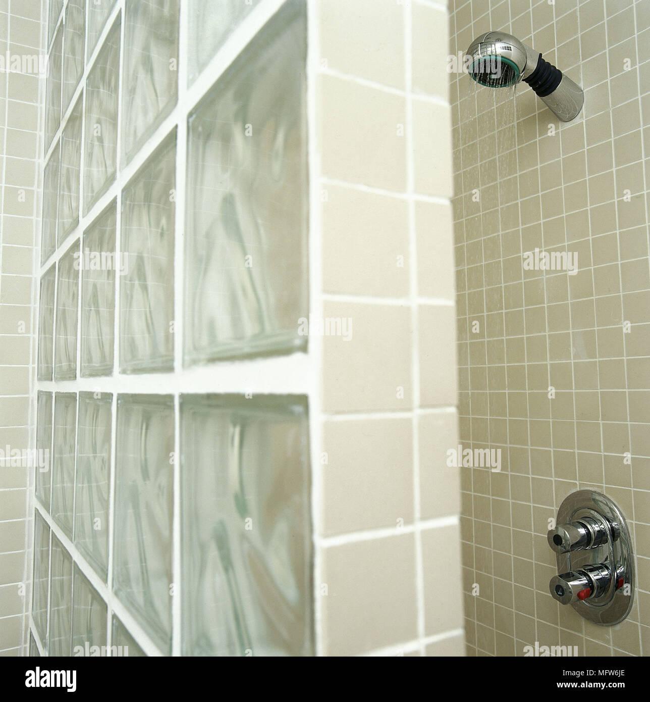 Modernes Badezimmer detail Mosaik Fliesen Dusche Glas Block Wand ...