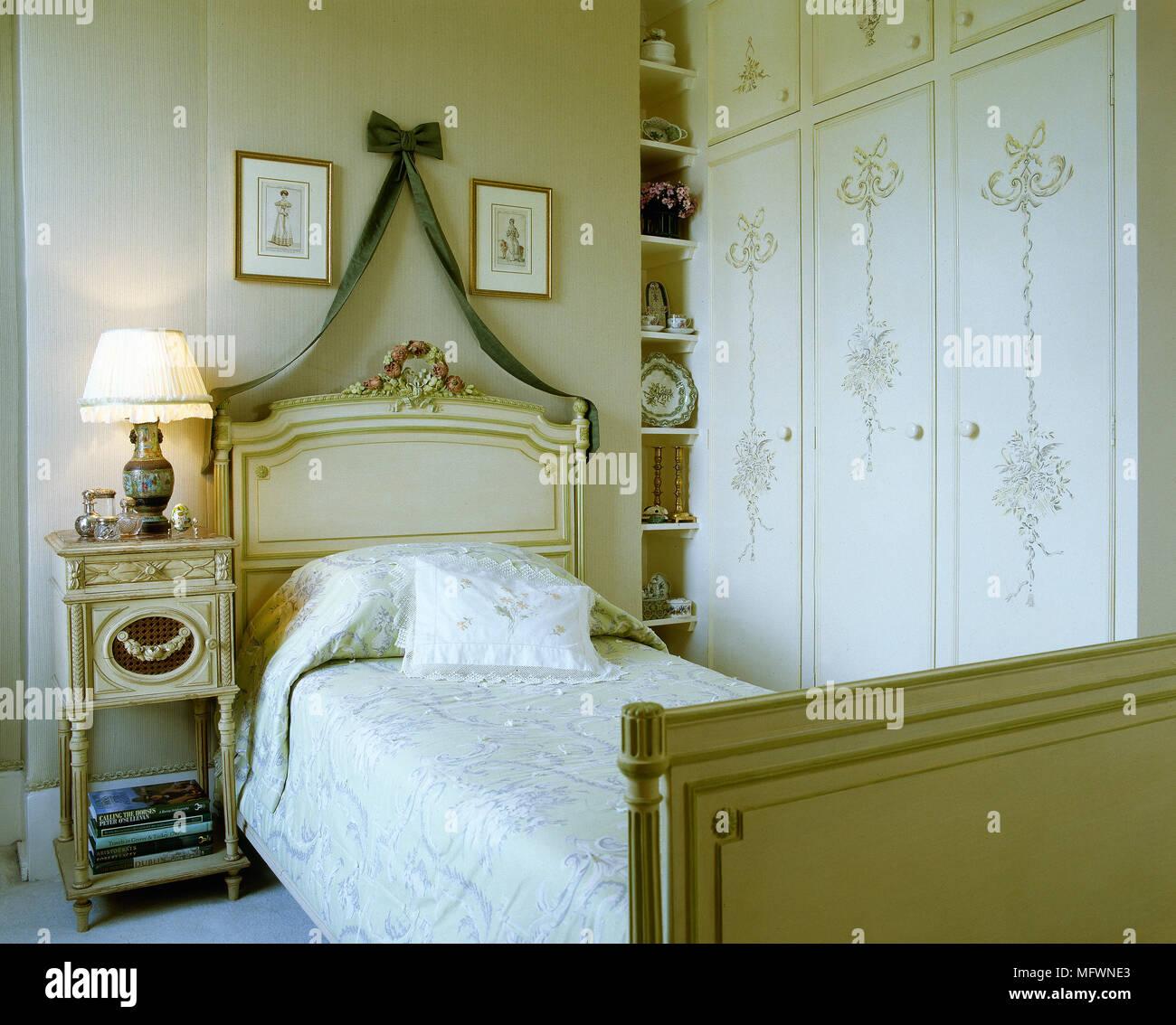 Traditionelle Schlafzimmer mit einem geschnitzten Bett ...
