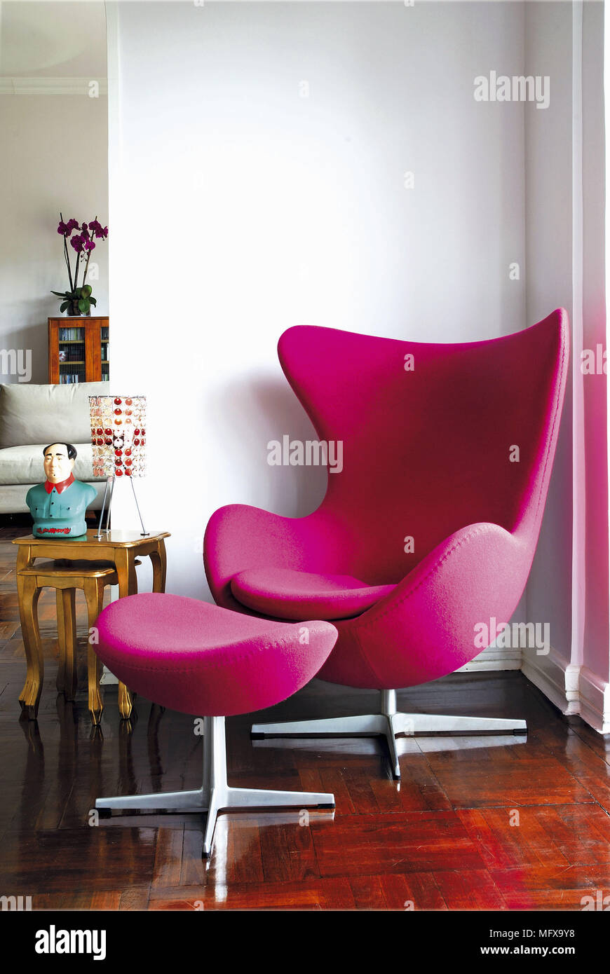 Moderner sessel mit hocker elegant chair ottoman style for Design stuhl replik
