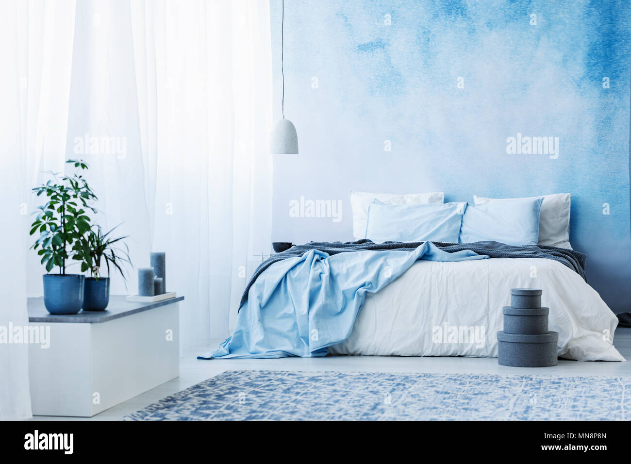 Himmel Blau Schlafzimmer Mit Doppelbett Pflanzen Und Graue Kasten