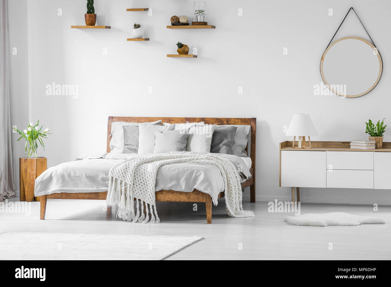 Komfortabel Gross Holz Bett Mit Bettwasche Kissen Und Decken